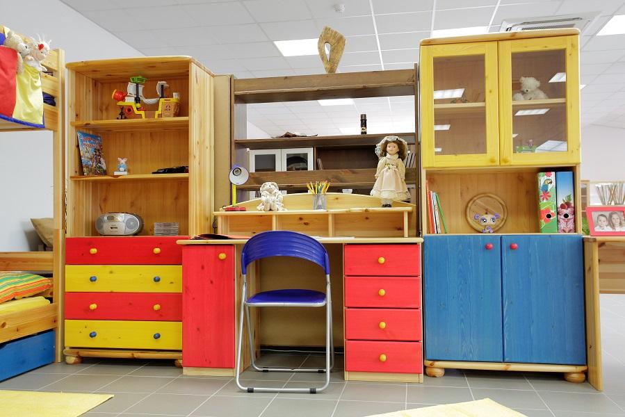 Színes fenyő íróasztal, irodai bútorok