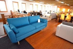 kék divatos kanapé